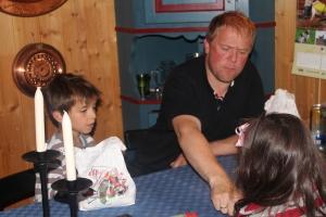 Magne spiller kort med Kristian og Ingrid Kornelia